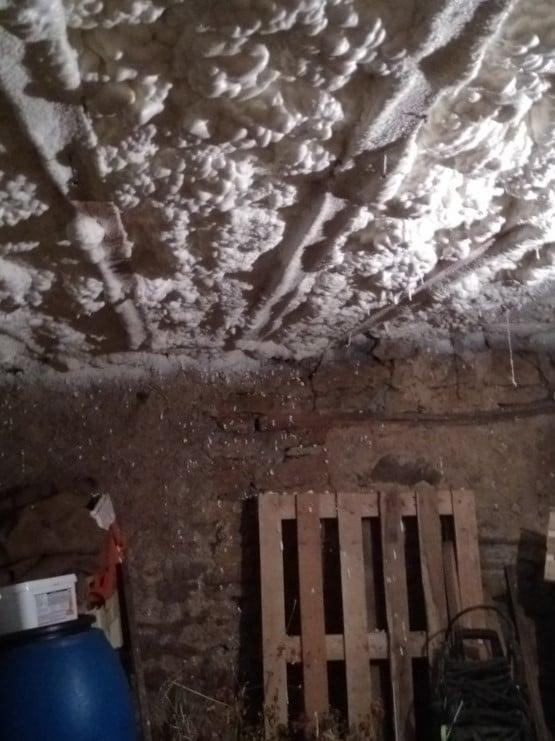 Plafond de cave isolé par projection de mousse polyuréthane