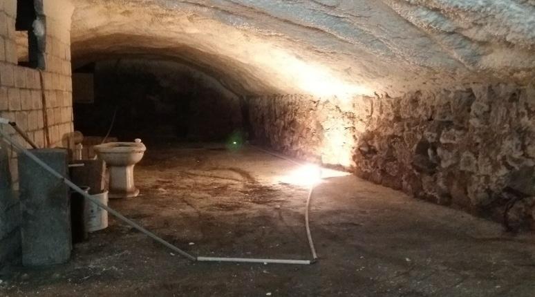 Isolation plafond cave humide mousse polyuréthane projetée