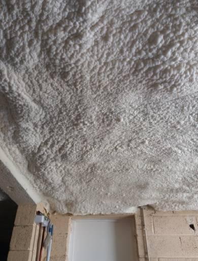 Isolation plafond cave mousse polyuréthane projetée